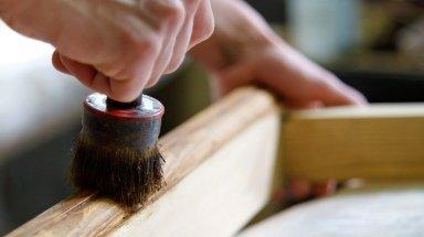 Czym różnią się lakiery, woski i olejowoski stosowane do barwienia mebli?