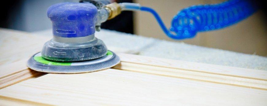 Jak prawidłowo szlifować powierzchnię drewna przed malowaniem mebli?