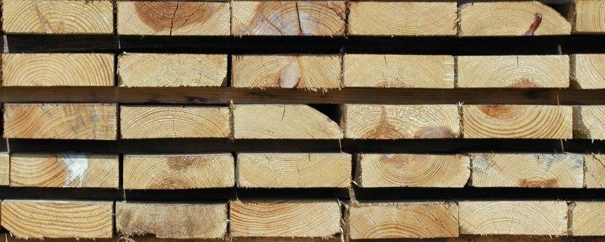 Meble sosnowe – jak dobrze wysuszyć i przygotować drewno?
